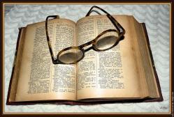 Vieux dictionnaire et lunette provencal francais